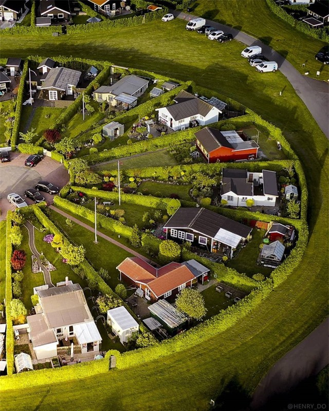 Ngôi làng có kiến trúc như của người ngoài hành tinh ở Đan Mạch - Ảnh 3.