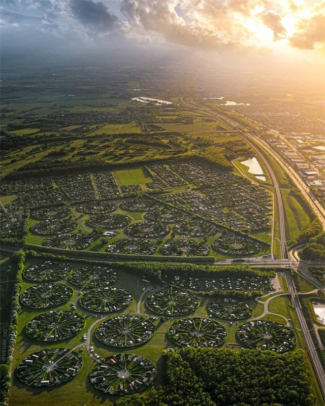 Ngôi làng có kiến trúc như của người ngoài hành tinh ở Đan Mạch - Ảnh 4.