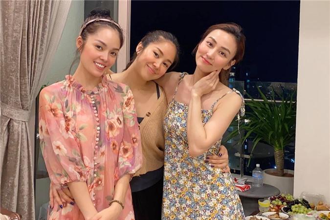 Ngân Khánh (phải) kể tình bạn của cô và Lê Phương (giữa) kéo dài khoảng 14 năm. Sau này, Lê Phương là người kết nối cả ba với nhau qua những lần hẹn hò chung.
