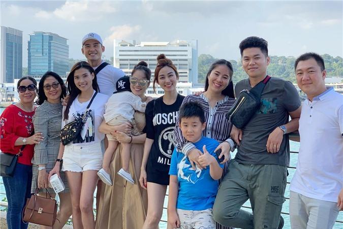 Kỷ niệm đáng nhớ của nhóm là chuyến đi Singapore hồi tháng 3/2018. Đây là lần đầu tiên Lê Phương, Dương Cẩm Lynh đưa cả gia đình đi chơi, còn Ngân Khánh hào hứng đảm nhận vai trò hướng dẫn viên vì đang du học ở đảo quốc sư tử. Chuyến đi còn có sự góp mặt của vợ chồng Thúy Diễm - Lương Thế Thành (thứ 3 từ trái sang).
