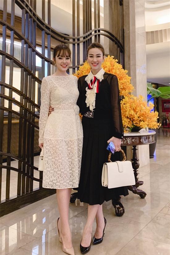 Ngược lại, Dương Cẩm Lynh và Ngân Khánh mới quen nhau nên chưa va chạm nhiều.