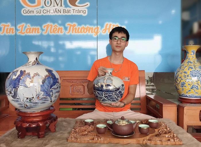 Anh Nguyễn Quốc Huy bên các sản phẩm gốm sứ mang thương hiệu Gốm 10 của mình.