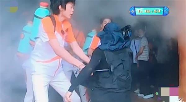 Ngô Kỳ Long thật đen đủi, bị bảo vệ túm cổ 'đánh tả tơi' vì ngỡ là fan cuồng 2