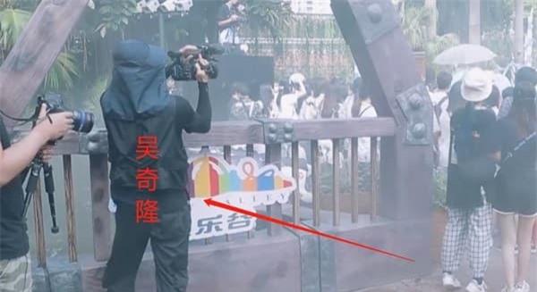 Ngô Kỳ Long thật đen đủi, bị bảo vệ túm cổ 'đánh tả tơi' vì ngỡ là fan cuồng 3