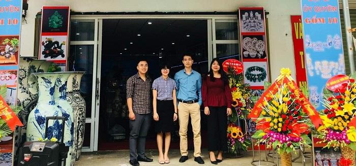 Anh Nguyễn Quốc Huy - CEO Gốm 10 (áo xanh đứng giữa) tại một cửa hàng trưng bày sản phẩm của Gốm 10.
