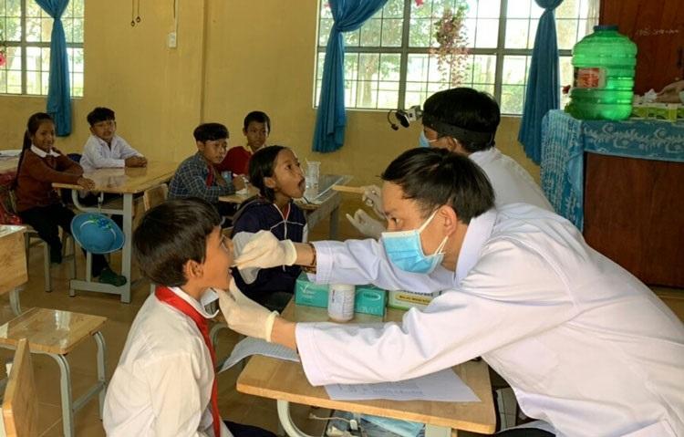 Khám sàng lọc bệnh bạch hầu cho học sinh trên địa bàn xã Đạ M'Rông, huyện Đam Rông (Ảnh: A.N).