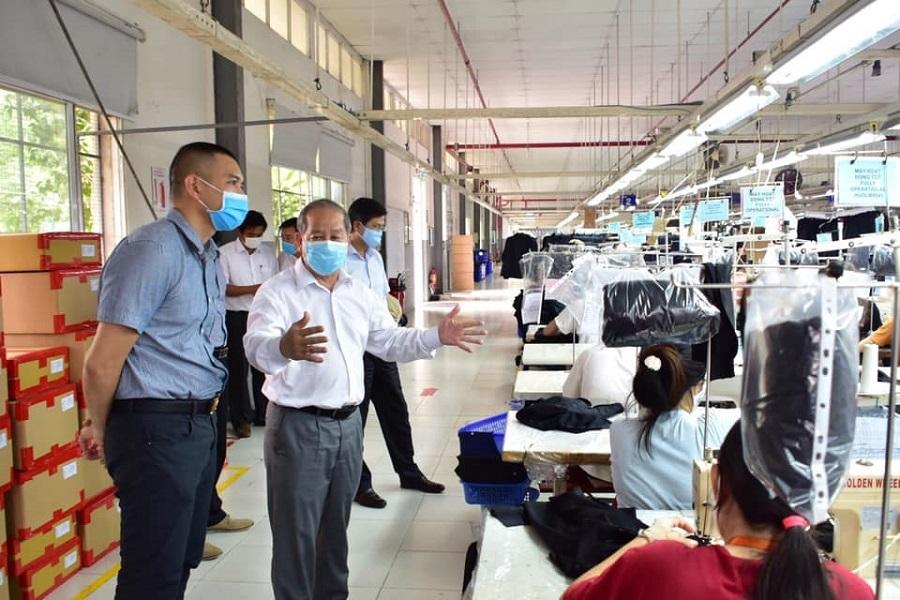 Chủ tịch UBND tỉnh Thừa Thiên Huế đề nghị nghiên cứu tiếp tục nghiên cứu cách nới lỏng các biện pháp giãn cách với các địa phương có dịch để tạo sự đồng thuận giữa các địa phương và người dân đi lại, giao thương.