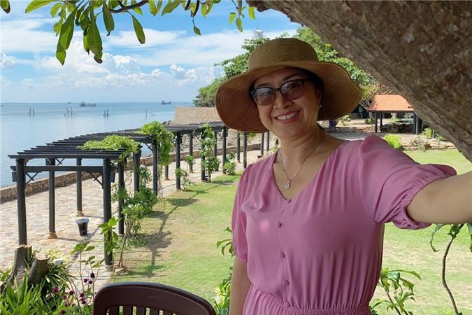 Chuyến đi còn có mẹ Lê Phương. Nữ diễn viên tranh thủ chụp nhiều hình ảnh kỷ niệm cho bà.