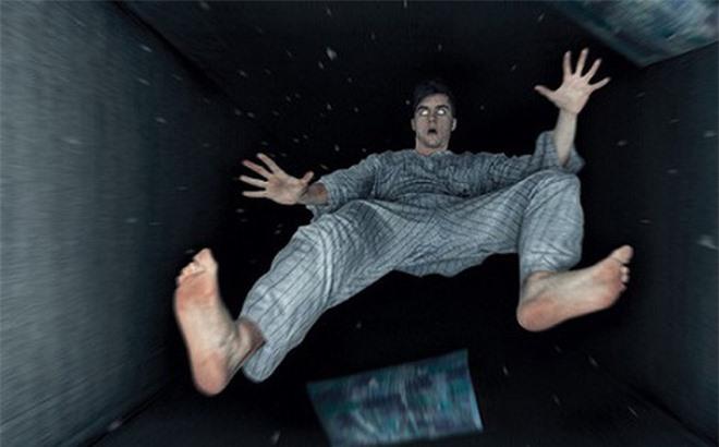 Giấc mơ khi bị té ngã từ trên cao xuống chính là một hiện tượng của ''chứng co giật khi mơ''.