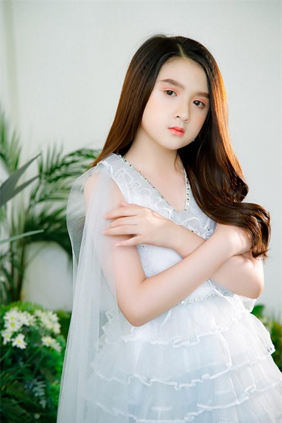 Nhóc tỳ 9 tuổi cho biết bé yêu quý, thần tượng Hoa hậu Hương Giang nên khi được nhận xét giống bản chính, Diễm Quỳnh rất vui.