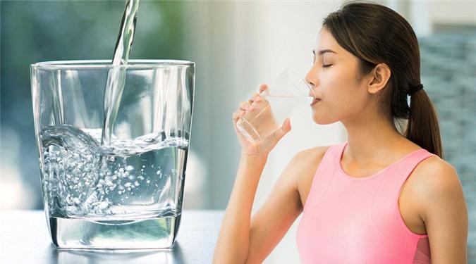 Uống đủ lượng nước vào buổi tối