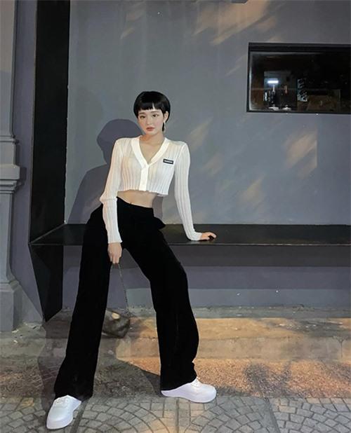 Hiền Hồ vừa cá tính vừa sexy khi chọn áo hở eo vải dệt kim để mix cùng quần suông ống đứng, giày thể thao.