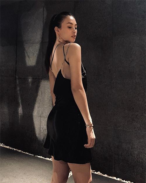 Tiểu Vy tôn lợi thế hình thể với chiều cao vượt trội, vóc dáng sexy và khoẻ khoắn với đầm hai dây. Người đẹp sử dụng túi kẹp nách của Prada để mix đồ ton-sur-ton.