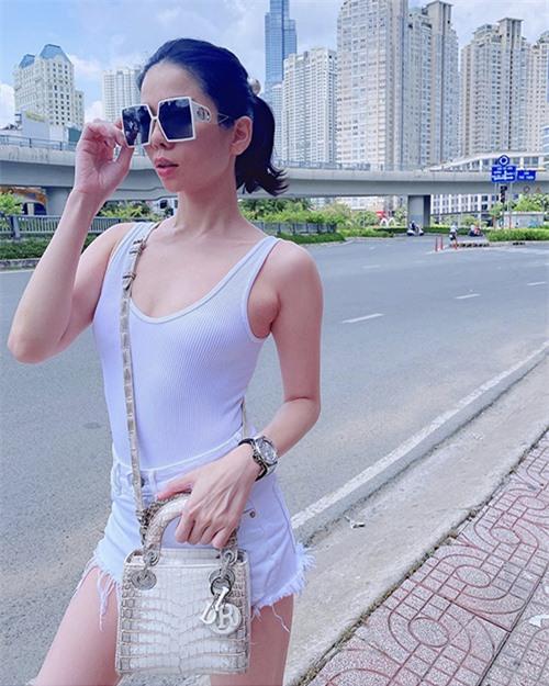 Lệ Quyên trẻ trung hơn tuổi với set đồ mix đơn giản với áo ba lỗ và quần jeans. Ca sĩ chọn mắt kính sang chảnh và túi Dior da cá sấu để tạo điểm nhấn cho tổng thể.