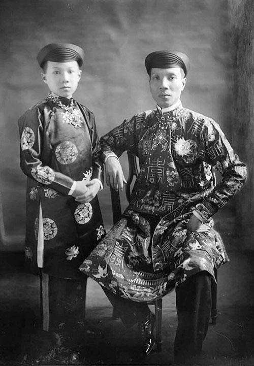 Vua Khải Định và hoàng tử Vĩnh Thụy (vua Bảo Đại sau này). Ảnh tư liệu.