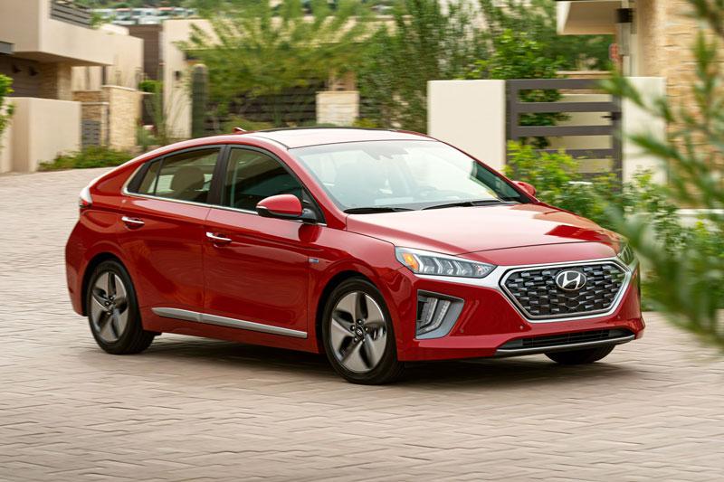 1. Hyundai Ioniq Hybrid 2020 (mức tiêu hao nhiên liệu ở đường hỗn hợp: 4,9 lít/100 km).