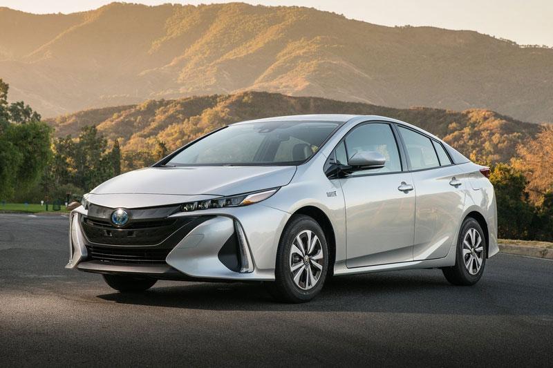 2. Toyota Prius Prime 2020 (mức tiêu hao nhiên liệu ở đường hỗn hợp: 5,2 lít/100 km).