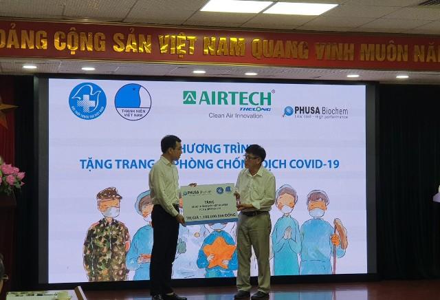 Hội Thầy thuốc trẻ Việt Nam trao tặng trạng thiết bị cho đại diện các bệnh viện