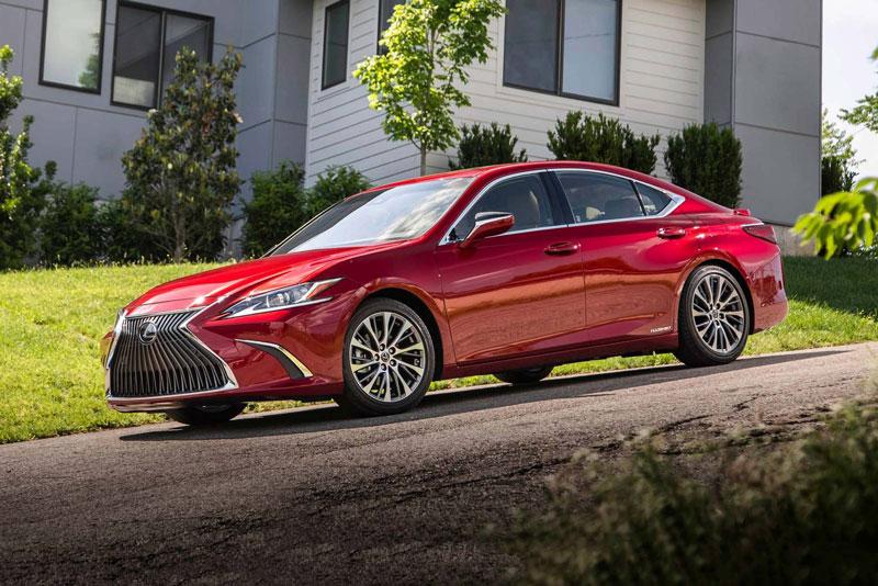 8. Lexus ES Hybrid 2020 (mức tiêu hao nhiên liệu ở đường hỗn hợp: 6,4 lít/100 km).