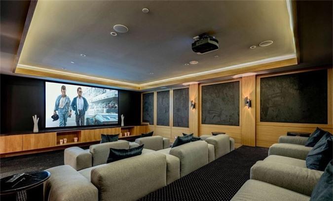 Rạp chiếu phim rất rộng và thoải mái bên trong nhà.