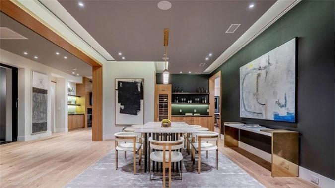Không gian phòng ăn của ngôi nhà rộng hơn 700 m2.
