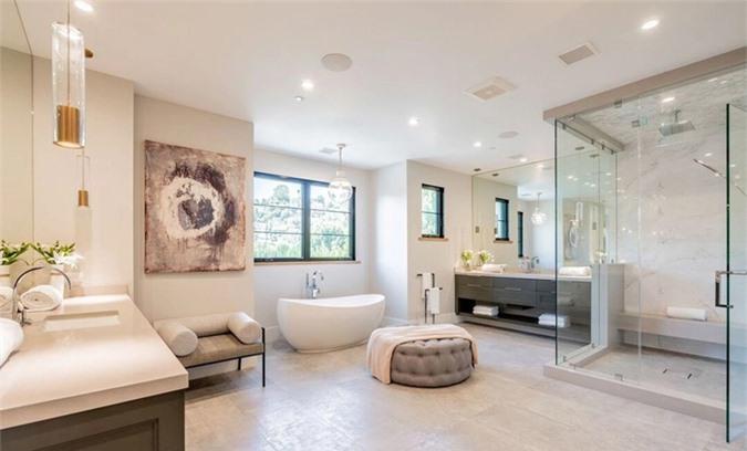 Phòng tắm xa hoa trên tầng hai.