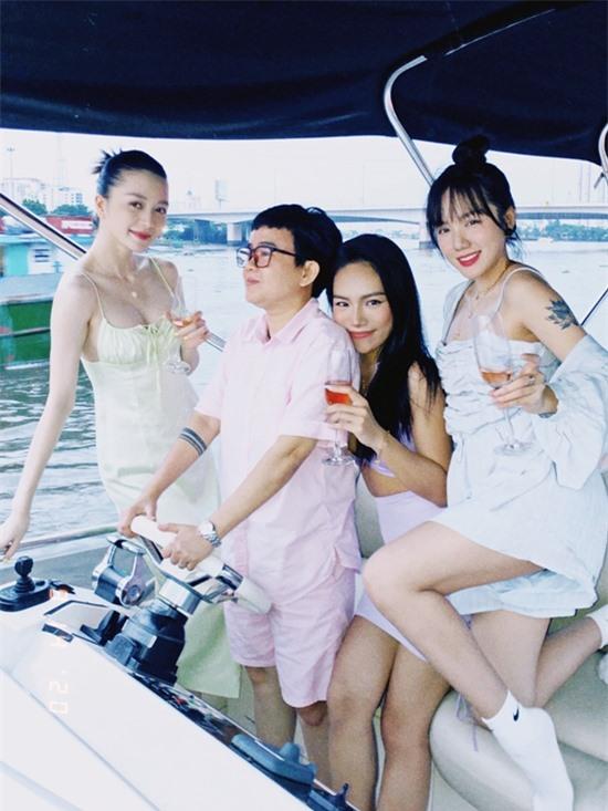 Vũ Thảo My thuê một chiếc du thuyền để mọi người cùng nhau dạo quanh một vòng sông Sài Gòn tận hưởng ánh hoàng hôn.