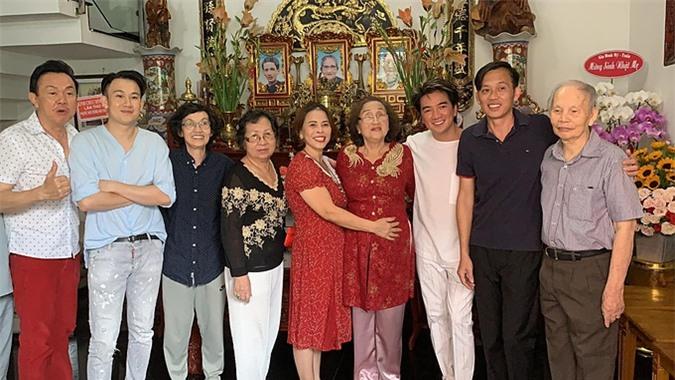 Nghệ sĩ Chí Tài và ca sĩ Đàm Vĩnh Hưng đén mừng sinh nhật mẹ Hoài Linh, Dương Triệu Vũ.