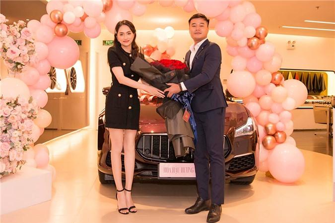 Đại diện hãng xe chúc mừng Hương Giang. Trước cô, Hồ Ngọc Hà cũng sở hữu xe của thương hiệu này.