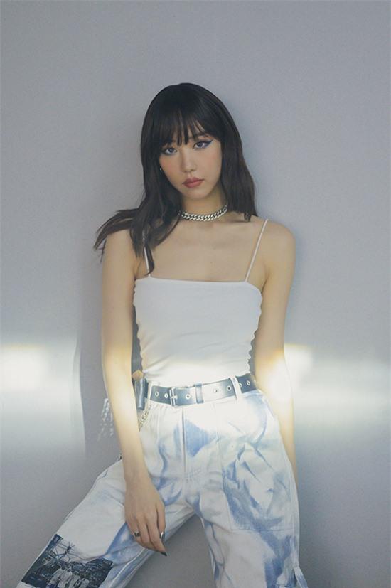 Min cho biết, cô hài lòng với cơ thể hiện tại. Nữ ca sĩ nặng 53 kg và cao 1,65 m với số đo ba vòng cân đối.