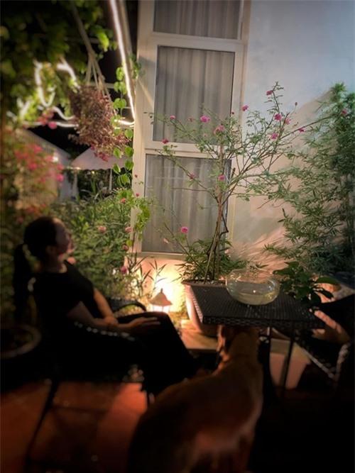 Nguyễn Ngọc Anh tận hưởng cuộc sống trong ngôi nhà của cô.