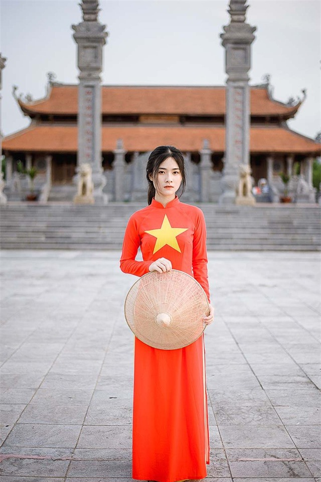 Nữ sinh 2K đẹp dịu dàng trong tà áo dài cờ đỏ sao vàng - 1