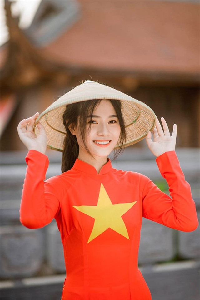Nữ sinh 2K đẹp dịu dàng trong tà áo dài cờ đỏ sao vàng - 2