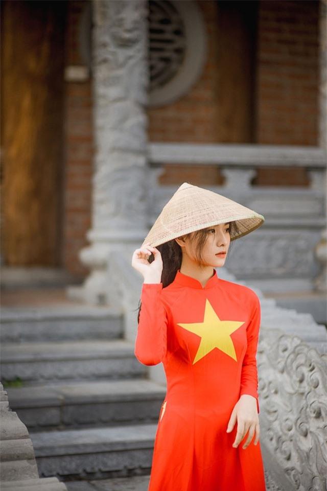 Nữ sinh 2K đẹp dịu dàng trong tà áo dài cờ đỏ sao vàng - 4