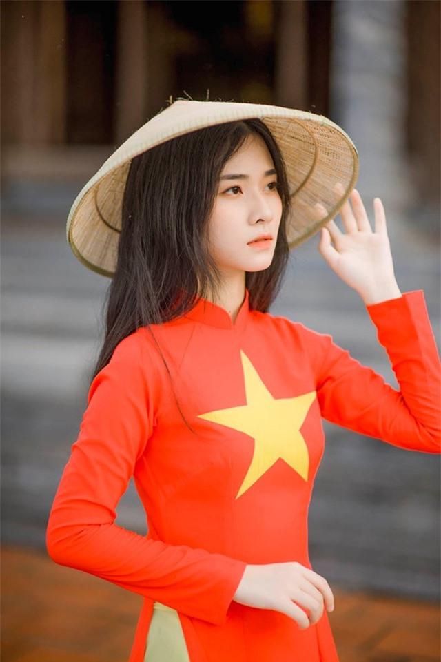 Nữ sinh 2K đẹp dịu dàng trong tà áo dài cờ đỏ sao vàng - 8