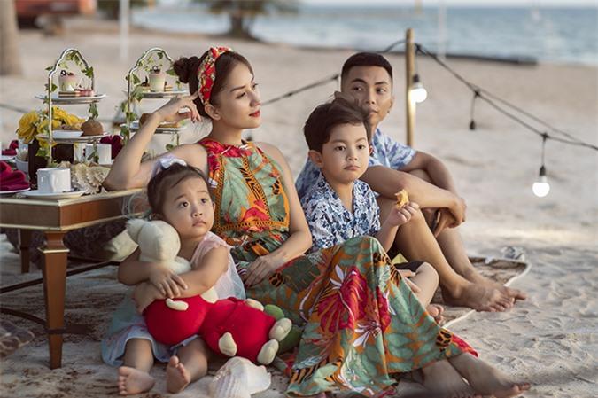 Phan Hiển chuẩn bị tiệc trà chiều theo ý vợ khi cả nhà đi du lịch ở Phú Quốc.