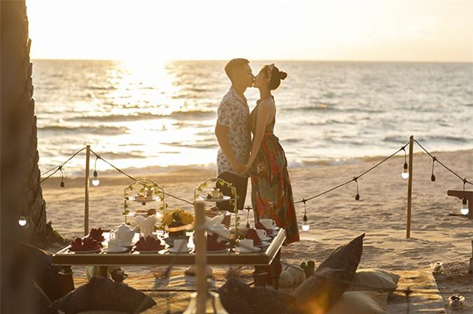 Khánh Thi - Phan Hiển hôn nhau khi khiêu vũ bên bãi biển Phú Quốc.