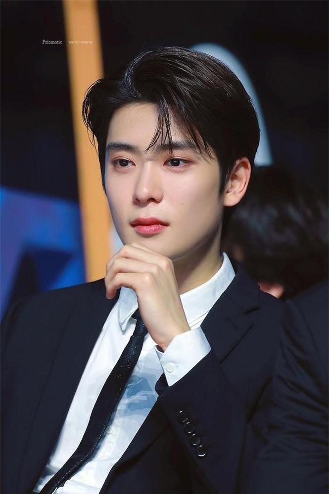 Top 5 idol nam khiến fan 'say nắng' vì sở hữu vầng trán thông minh, lại mang vẻ đẹp đậm chất quý tộc nhất - Ảnh 1