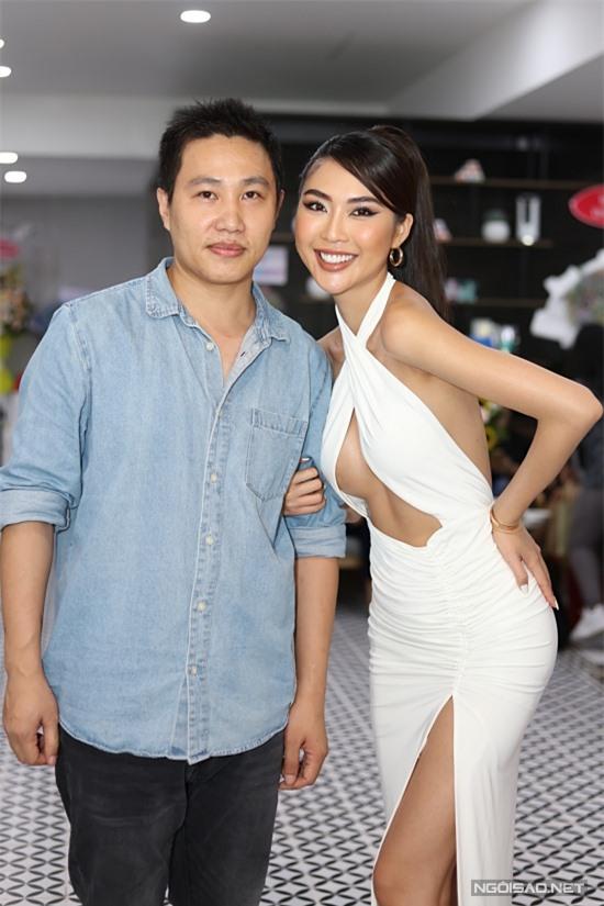 Người đẹp chụp ảnh kỷ niệm cùng doanh nhân Bắc Trần Tiến - chủ nhân sự kiện.