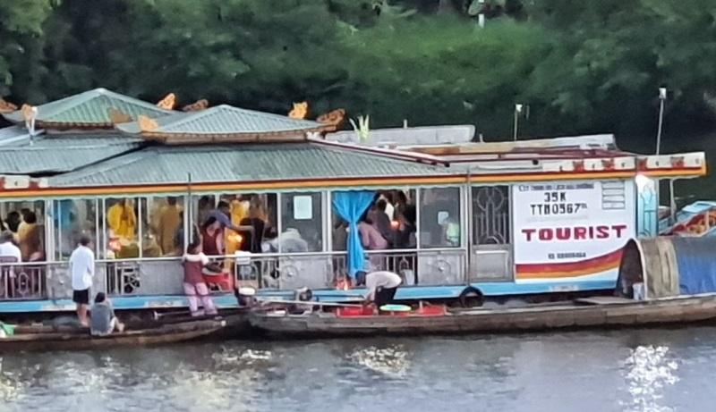 Cảnh 2 thuyền rồng rải vàng mã trên sông Hương được người dân ghi lại phản ánh trên Hue-S. Ảnh cắt từ clip