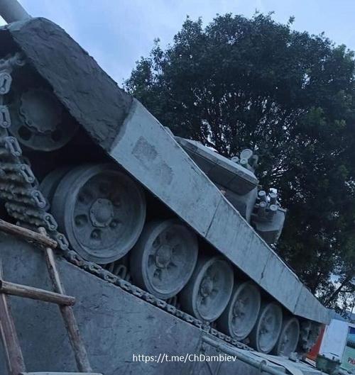 Xe tăng T-90 làm từ bê tông tại khuôn viên Lữ đoàn 201. Ảnh: ChDambiev.