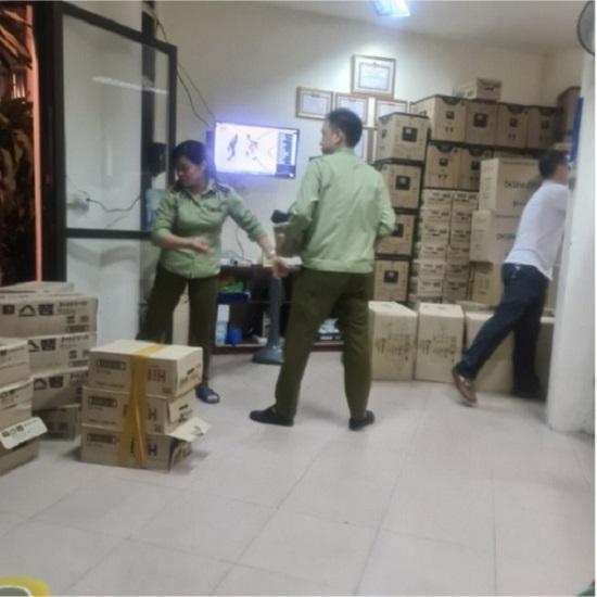 Phát hiện hàng trăm thùng thực phẩm chức năng, thực phẩm dinh dưỡng và mỹ phẩm có dấu hiệu nhập lậu tại Hà Nội.
