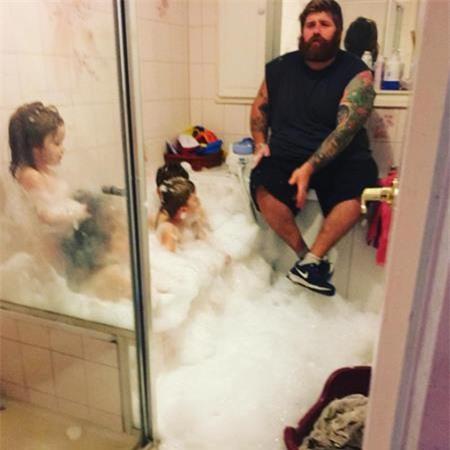Một phút suy tư trong lúc tắm cho con