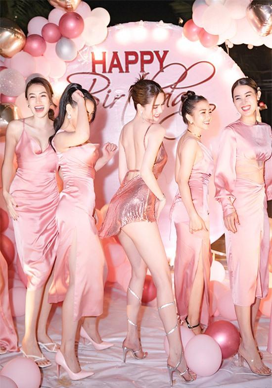 Nữ hoàng nội y từng thuê hẳn giáo viên dạy nhảy tại nhà nên vào những dịp thế này, cô tự tin trổ tài với các vũ điệu sexy.