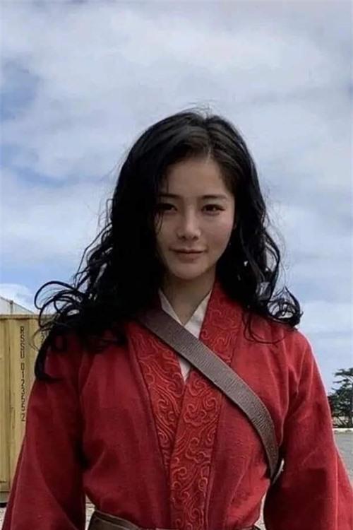 Hôm 15/9, hãng phim Disney hé lộ chùm ảnh diễn viên đóng thế cảnh hành động cho Lưu Diệc Phi trong bom tấn Mulan (Hoa Mộc Lan).