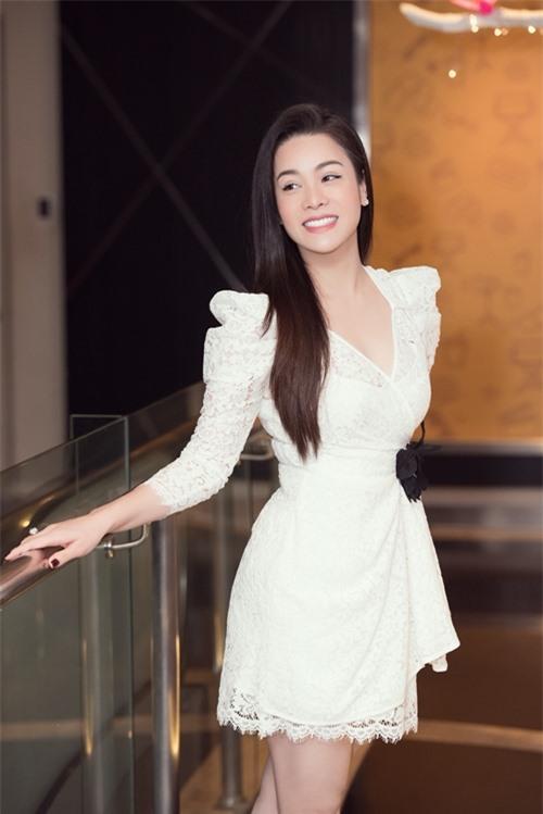 Chiều 15/9, Nhật Kim Anh dự họp báo công chiếu phim truyền hình Vua bánh mỳ phiên bản Việt. Đây là lần đầu nữ ca sĩ - diễn viên lộ diện sau khi lên tiếng về vụ kiện giành quyền nuôi con với chồng cũ.