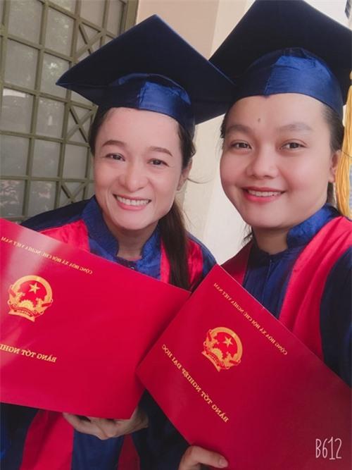 Thanh Hoa chia sẻ niềm vui tốt nghiệp với một người bạn học.