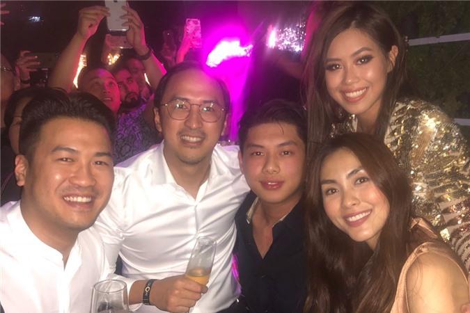 Vợ chồng Hà Tăng cùng các em đón giao thừa năm 2021.