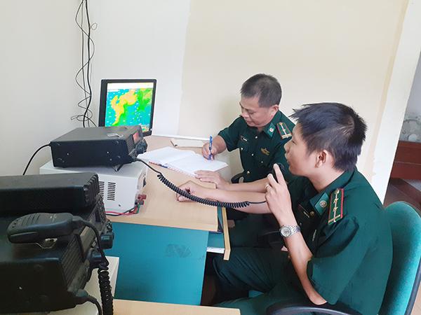 Trạm thông tin liên lạc biển của Đồn Biên phòng Phú Lộc (Đà Nẵng) đang liên lạc với các ngư dân hoạt động trên biển (Ảnh: Trúc Hà)