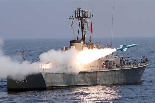 Hải quân Iran hồi tuần rồi nói đã xua đuổi một máy bay Mỹ bay sát khu tập trận đang diễn ra gần eo biển Hormuz. Ảnh: Reuters.